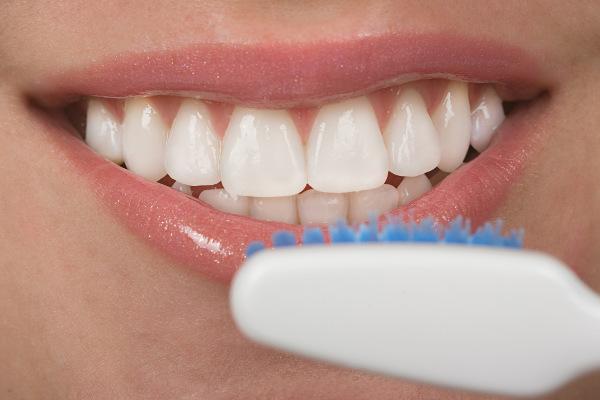 Přírodní bělení zubů s křemelinou