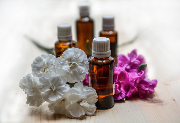 Křemelina a esenciální oleje na bělení zubů