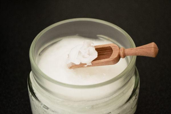 Křemelina a kokosový olej na bělení zubů